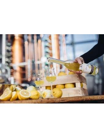 Naturtrüber Bio Zitronenlikör in der 0,5 L Flasche, hergestellt von der Privatbrennerei Unterthurner aus Südtirol.