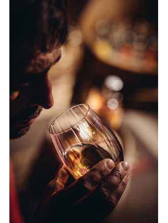 Riechen Sie am Glas, nehmen Sie den ersten Schluck. Ein Gedicht, der Rum U3 von Unterthurner